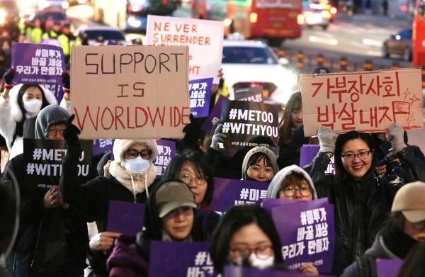 7일 오후 '#미투 운동과 함께하는 시민행동'이 주최한 '성차별·성폭력 끝장집회'가 끝난 뒤 참가자들이 홍대 거리를 행진하고 있다. ⓒ이정실 여성신문 사진기자