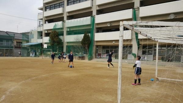 동오사카 조선제4초급학교 학생들이 운동장에서 축구를 하고 있다. ⓒ김은정