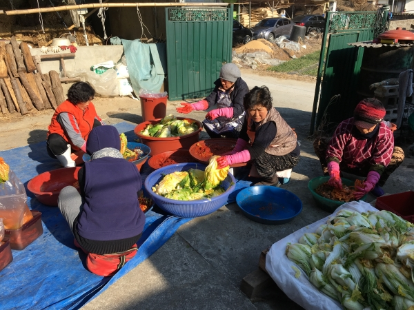 지난 겨울 마당에서 이웃들과 함께 김장을 했다. ⓒ김경애 편집위원