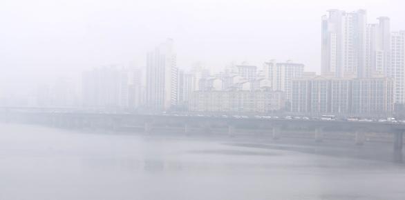 짙은 안개와 함께 미세먼지 농도가 '한때 나쁨' 단계를 보인 지난 9일 오전 서울 마포구 마포대교가 출근길 안개와 미세먼지로 뒤덮여 있다. ⓒ뉴시스·여성신문