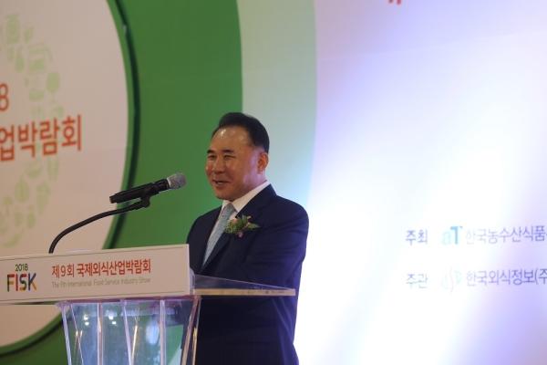 윤홍근 한국외식산업협회 회장이 축사를 하고 있다 ⓒ한국외식산업협회