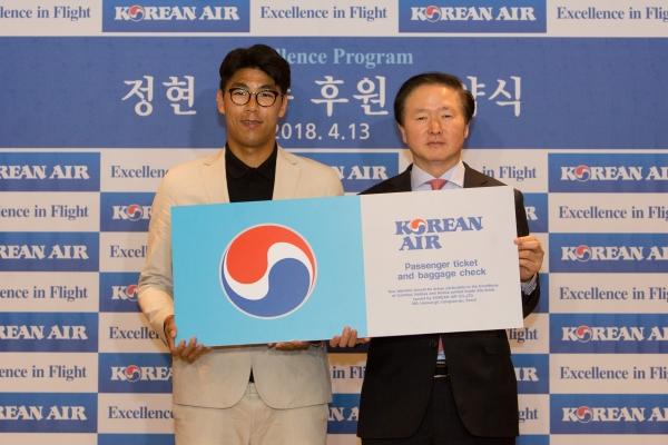 테니스 선수 정현(왼쪽)이 우기홍 대한항공 부사장과 함께 기념 촬영을 하고 있다. ⓒ대한항공