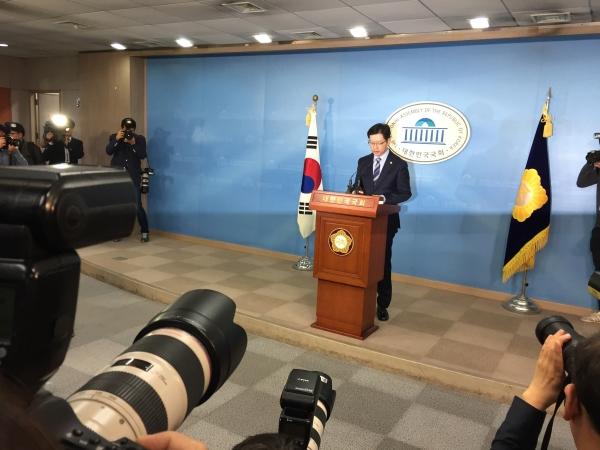 김경수 더불어민주당 의원이 19일 오후  국회 정론관에서 기자회견을 열고 경남도지사 출마를 선언하고, 특검을 포함한 조사에 당당하게 응하겠다고 밝혔다. ⓒ진주원 여성신문 기자
