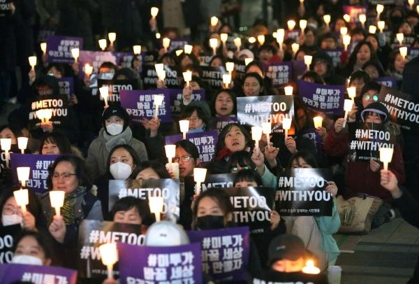23일 오후 서울 청계광장에서 '성차별·성폭력 끝장문화제'가 열려 참가자들이 촛불을 들고 구호를 외치고 있다. ⓒ이정실 여성신문 사진기자