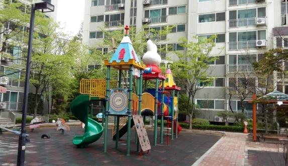 서울 동작구의 한 아파트 단지 내 놀이터가 텅 비어 있다. ⓒ강푸름 기자