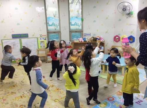 열매반 아이들이 실내에서 비눗방울 놀이를 하고 있다. ⓒ강푸름 기자