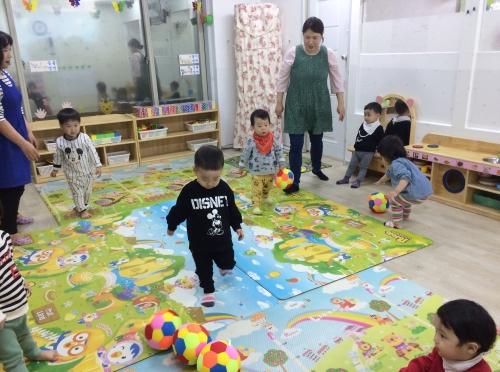 꽃잎반 아이들이 실내에서 공놀이를 하고 있다. ⓒ강푸름 기자