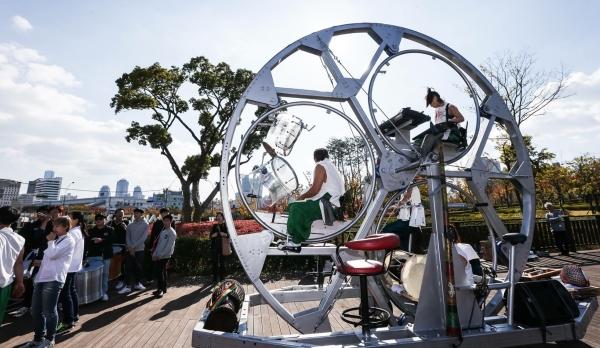 거리공연 전문단체인 동해누리가 지름 4미터의 이동형 악기 연주 굴렁쇠인 구르미로 세계최초 창작거리공연 시연회를 부산시민공원에서 펼치고 있다 ⓒ부산시설공단