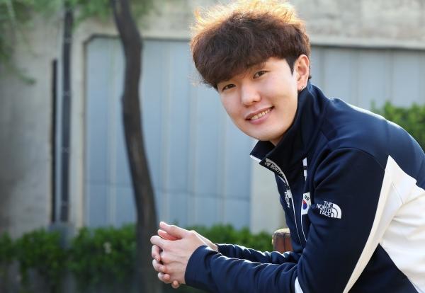 """김태윤은 """"다음 목표는 국내 최초 남자 1000m 금메달""""이라며 오는 2022년 베이징 올림픽까지 새로운 목표를 향해 전력질주 할 것이라고 밝혔다. ⓒ이정실 여성신문 사진기자"""