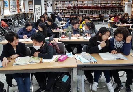 서울여중 학생들이 일성여중 학생들의 학습을 돕고 있다. ⓒ서울여중 제공