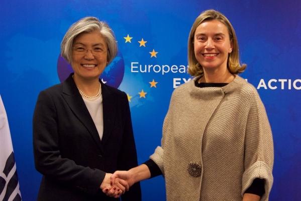 강경화 외교장관이 지난 3월 18일(현지시간) 벨기에 브뤼셀에서 페데리카 모게리니 유럽연합(EU) 외교·안보 고위대표와 만나 악수를 나누고 있다. ⓒ외교부