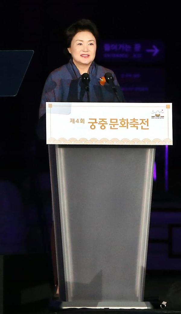 2018년 제4회 궁중문화축전이 28일 저녁 8시께 경복궁 흥례문 광장에서 막을 올렸다. 문재인 대통령 부인 김정숙 여사가 이날 개막제에 앞서 축사를 하고 있다. ⓒ한국문화재재단 제공