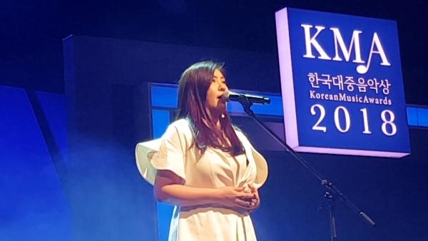 조동희 씨가2월28일 서울 구로아트밸리예술극장에서 열린 2018 한국대중음악상 시상식에서 축하 공연을 하고 있다. ⓒ유튜브 영상 캡처