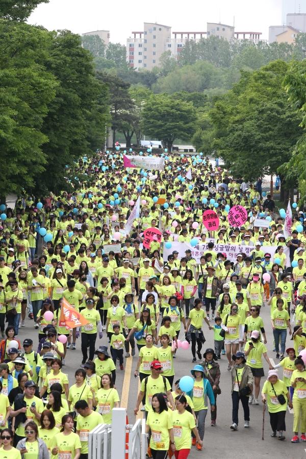 제18회 여성마라톤대회가 오는 5일 오전 8시 30분 상암동 월드컵 공원 내 평화광장에서 열린다. 사진은 지난해 5월 13일 같은 장소에서 열린 제17회 여성마라톤대회 현장의 모습. ⓒ성혜련 사진 객원기자