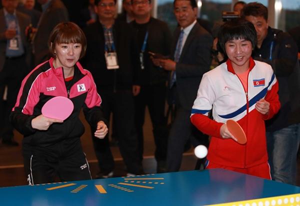 3일(한국시간) 스웨덴 틸뢰산드 호텔에서 ITTF재단 창립 기념회에 참석한 남북 탁구 대표팀 서효원(왼쪽), 김남해 선수가 한 팀을 이뤄 이벤트 경기를 하고 있다. ⓒ대한탁구협회