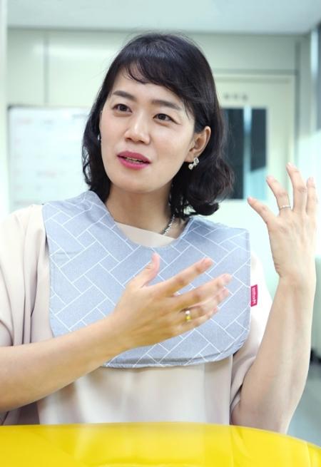 김은이 마이휴 대표가 마마턱받이를 목에 두른 채 제품 설명을 하고 있다. ⓒ이정실 여성신문 사진기자