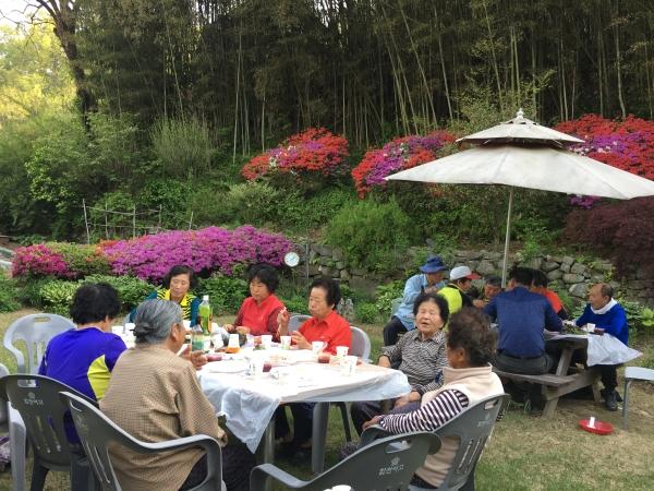 칠순을 맞아 영산홍이 활짝 핀날 동네이웃을 초대해 음식을 대접했다. ⓒ김경애 편집위원