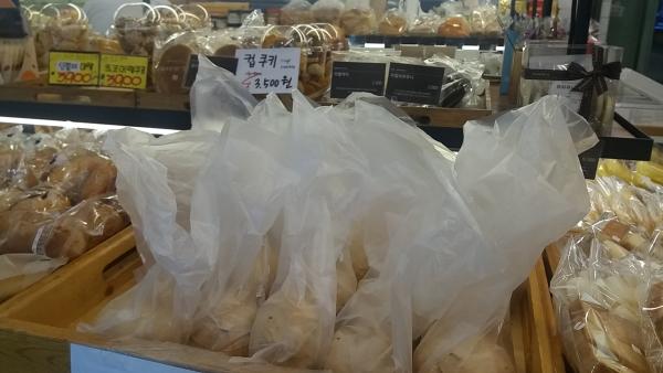 환경부는 오는 10월부터 빵집에서 공짜로 비닐봉투를 제공하지 못하도록 했다. ⓒ손연주