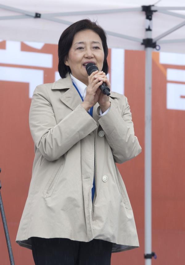 '2018 한부모가족의 날' 행사가 12일 서울광장에서 열려 박영선 더불어민주당 의원이 인사말을 하고 있다. ⓒ이정실 여성신문 사진기자