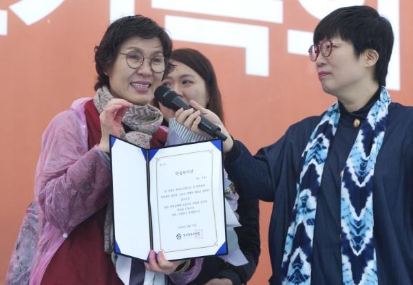 12일 서울광장에서 '2018 한부모가족의 날' 행사가 전영순 한국한부모연합 대표가 마음모아상을 수상한 후 소감을 말하고 있다.