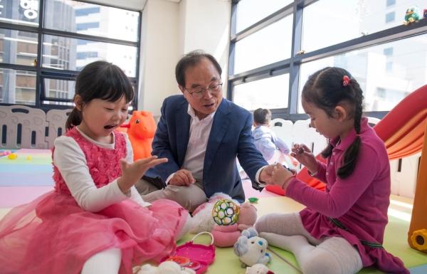 """오거돈 부산시장 예비후보는 지난 5일 여성이 마음 놓고 일하기 좋은 도시를 만들겠다며 """"출산·보육·돌봄 OK 프로젝트""""를 발표했다."""