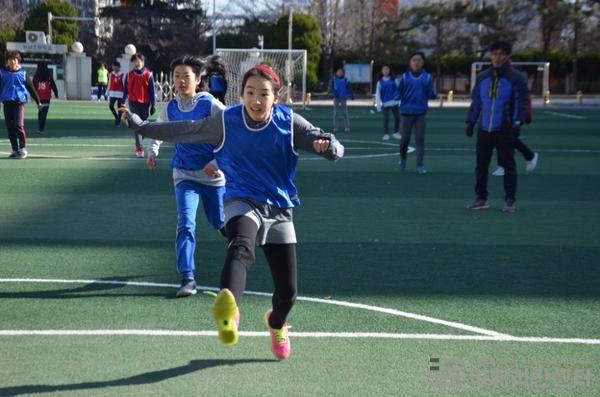 주한미국대사관은 2017년 12월12일 부산 광남초등학교를 찾아가 '걸스 플레이 2' 공공외교 캠페인을 펼쳤다. 학생들이 함께 축구를 즐기고 있다. ⓒ주한미국대사관 제공