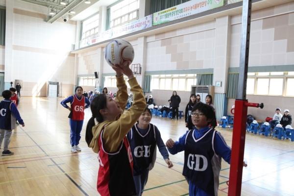 주한미국대사관은 지난 3월20일 대구황금초등학교를 찾아가 '걸스 플레이 2' 공공외교 캠페인을 펼쳤다. 학생들이 함께 넷볼 경기를 펼치고 있다. ⓒ주한미국대사관 제공