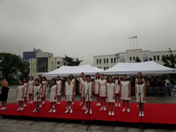 제38주년 5.18 광주민주화운동 기념일인 18일 광주 국립아시아문화전당 앞 민주의 종각에서 '5월 정신'을 되새기는 민주의 종 타종식이 열렸다. ⓒ광주광역시=현중순 기자