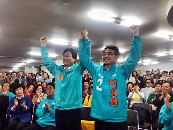 바른미래당 이성권 부산시당 후보는 지난 18일 오후 선거사무소 개소식을 열어 본격적인 선거에 돌입했다. 이날 유승민 원내대표와 함께 승리를 다짐하고 있다. ⓒ김수경 기자