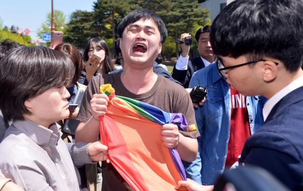 지난해 19대 대선 과정에서 '문재인 후보 천군만마 국방안보 1000인 지지선언 기자회견'에 성소수자 인권단체 회원들이 문 후보에게 항의하고 있다. ⓒ뉴시스·여성신문