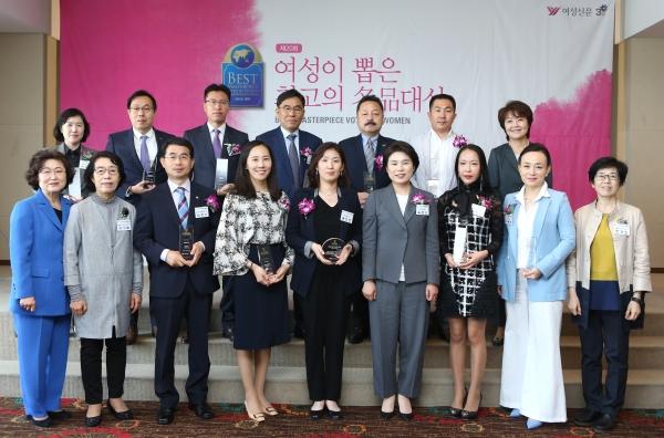 24일 서울 중구 프레지던트호텔에서 열린 제20회 여성이 뽑은 최고의 명품대상 시상식에 참석한 수상 기업 대표와 관계자들이 기념사진을 찍고 있다. ⓒ이정실 여성신문 사진기자