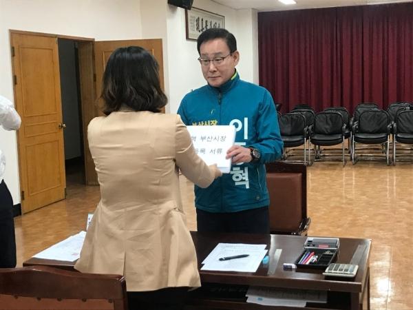 지난 24일 부산 연제구 부산시선거관리위원회에 무소속 이종혁 부산시장 후보는 후보 등록 서류를 제출하고 있다. ⓒ김수경 기자