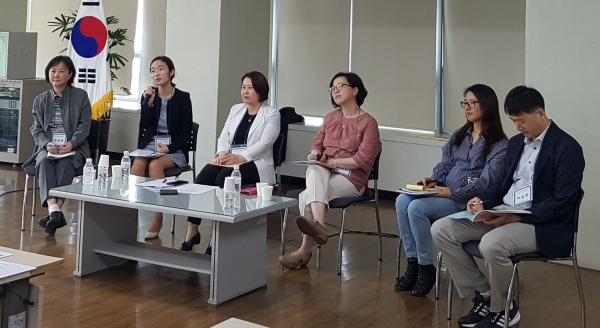 부산여성가족개발원에서 '미투, 이제 우리는 무엇을 해야 하는가'를 주제로 지난 25일 부산여성가족개발원 201호에서 '제25회 부산여성가족정책포럼'을 개최했다. ⓒ김수경 기자