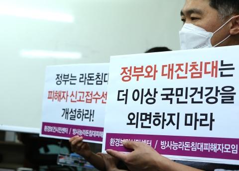 지난 5월 28일 서울 신문로 환경보건시민센터에서 라돈침대 관련 환경보건시민센터 2차 기자회견 '가습기 살균제 때도 그랬다. 정부가 안 하면 시민단체가 한다'가 열려 이성진 사무국장이 소비자 안전지침을 안내하고 있다. ⓒ이정실 여성신문 사진기자
