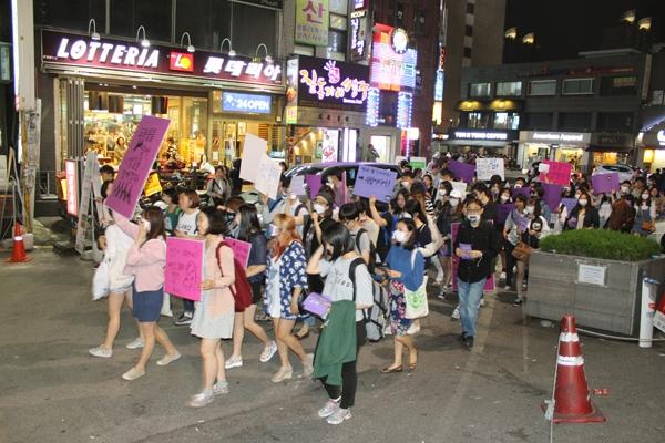 2016년 5월, 불꽃페미액션이 주최한 나쁜여자들의 밤길 걷기 모습. ⓒ불꽃페미액션