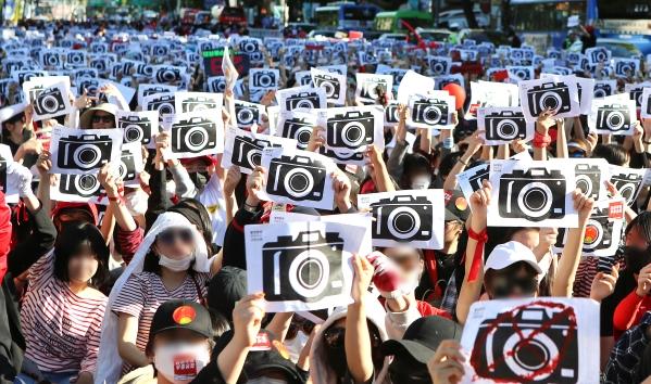 5월 19일 서울 종로구 대학로에서 열린 '불법촬영 편파수사 규탄시위'에 참여한 여성 1만2000여명이 불법촬영을 비판하는 퍼포먼스를 벌이고 있다. ⓒ이정실 여성신문 사진기자