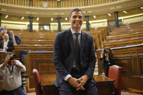 지난 6월 1일 스페인 총리가 된 사회노동당의 페드로 산체스 대표가 투표 통과 후 의사당에서 젊은 자세로 총리의 첫 포즈를 취하고 있다. 올해 46세의 경제학교수 출신이다.