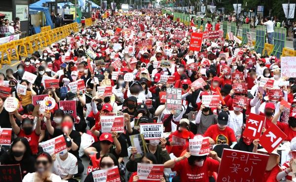 9일 오후 서울 혜화역 앞에서 불법촬영 편파 수사 2차 규탄 시위가 열렸다. 시위 참가자들이 성차별 수사 중단을 촉구하며 구호를 외치고 있다.