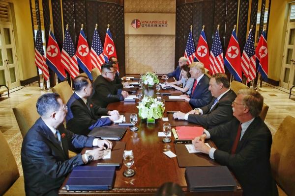 김정은 북한 국무위원장과 도널드 트럼프 미국 대통령이 12일 싱가포르 센토사 섬 내에 있는 카펠라 호텔에서 일대일 회담을 마친 후 확대회의를 갖고 있다. ⓒ뉴시스·여성신문