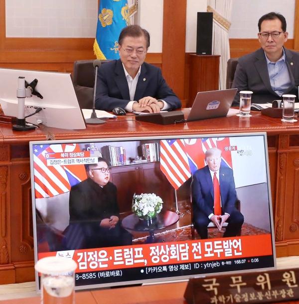 문재인 대통령과 국무위원들이 12일 오전 청와대 세종실에서 국무회의에 앞서 북미 정상회담 생중계 방송을 시청하고 있다. ⓒ뉴시스