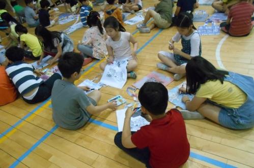 지난해 진행한 '어린이 디자인 워크숍, 창의력 원정대' 교육에서 어린이들이 디자인 작업을 하고 있다. ⓒ마포구청