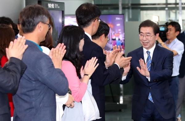 3선에 성공한 박원순 서울시장이 14일 오전 서울 중구 서울시청으로 첫 출근을 하며 직원들과 인사를 나누고 있다. ⓒ뉴시스·여성신문