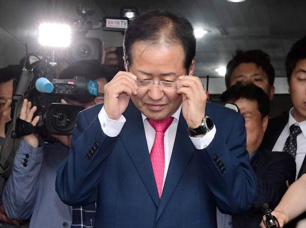 홍준표 자유한국당 대표가 14일 오후 서울 영등포구 여의도 당사에서 당 대표직 사퇴 의사를 밝힌 뒤 당사를 떠나고 있다. ⓒ뉴시스·여성신문
