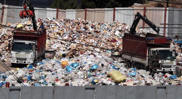 재활용 쓰레기 대란이 정부와 지자체가 재활용 쓰레기 중재안 등을 내놓을 예정으로 이번주가 최대 고비가 될 것으로 보인다. 9일 오후 경기 고양시 한 재활용품 수거업체에서 폐비닐을 비롯한 각종 재활용 쓰레기 분류작업이 이뤄지고 있다. 2018.04.09.
