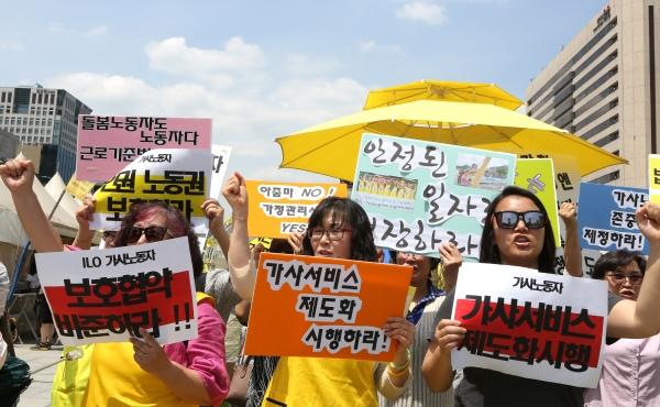 6월 16일 서울 광화문 광장에서 전국가정관리사협회가 제7회 국제가사노동자의 날 기념 '가사노동자 존중법 제정 촉구 기자회견 및 인식개선 캠페인'을 열어 가사노동자들이 구호를 외치고 있다. ⓒ이정실 여성신문 사진기자