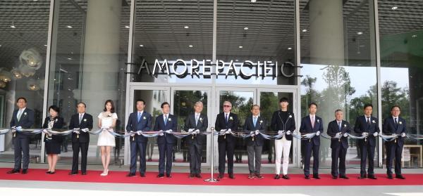 아모레퍼시픽그룹 임직원 및 그룹 관계자들이 15일 오전 서울시 용산구 본사에서 테이프 커팅식을 진행한 후 기념사진을 찍고 있다. ⓒ아모레퍼시픽그룹
