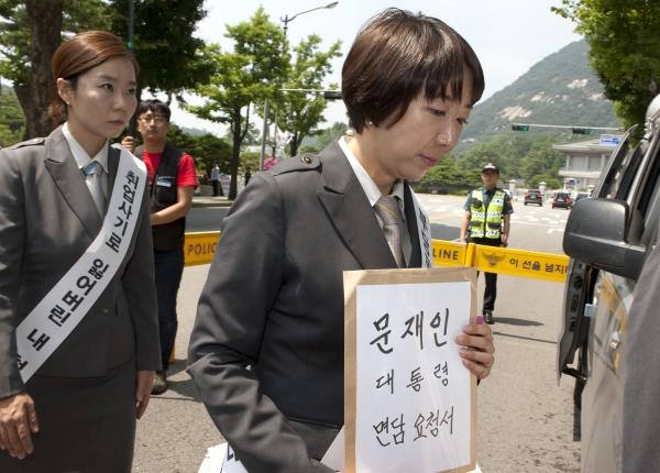 김승하 KTX 승무지부장이 문재인 대통령 면담 요청서를 들고 청와대로 향하고 있다. ⓒ이정실 여성신문 사진기자