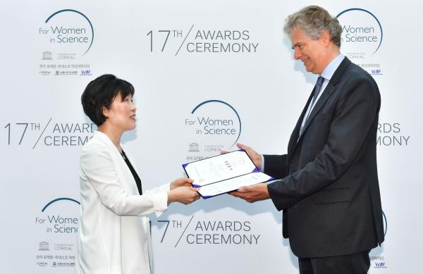 19일 오전 서울대학교에서 열린 '2018 제 17회 한국 로레알-유네스코 여성과학자상' 시상식에서 이호영 교수(56, 서울대학교 약학대학)가 학술진흥상을 수상하고 있다. ⓒ로레알코리아