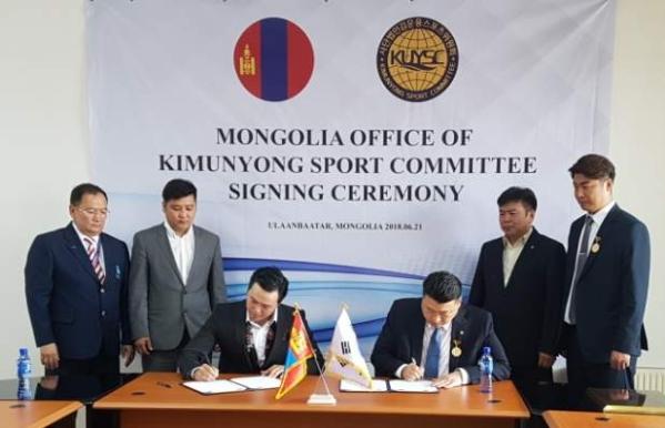 김운용스포츠위원회 서현석 사무국장(오른쪽)과 알다르바야르 대표(왼쪽)가 몽골지부 체결식을 진행하고 있다. ⓒ김운용스포츠위원회