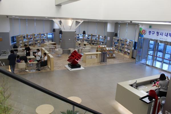 리모델링한 중구청 1층 전경. 북카페, 도서관, 미니보건소 등 주민편의시설이 있다. ⓒ권은주기자